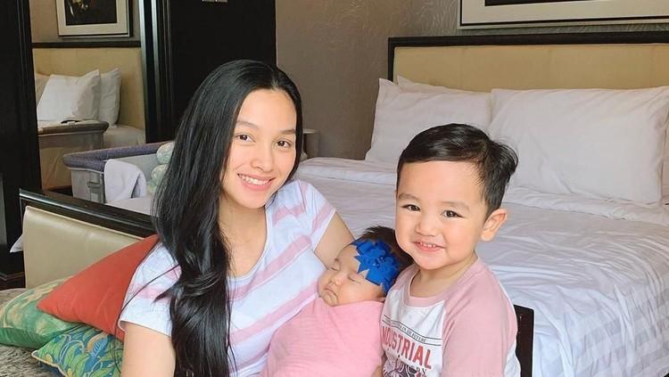 Aktris Tya Arifin membagikan cara jitunya agar nyaman saat membawa dua anak naik pesawat.
