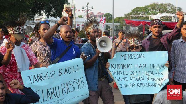 Tokoh masyarakat Papua untuk wilayah Jakarta meminta Kepolisian dan TNI menindak tegas anggotanya yang bertindak rasial saat pengepungan asrama di Surabaya.