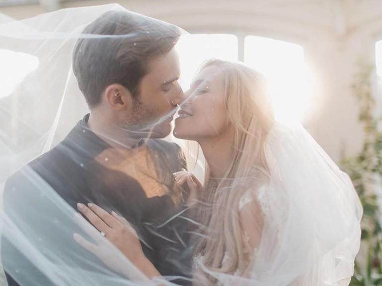 Potret mesra PewDiePie yang tampak akan mencium sang istri usai keduanya resmi menikah.