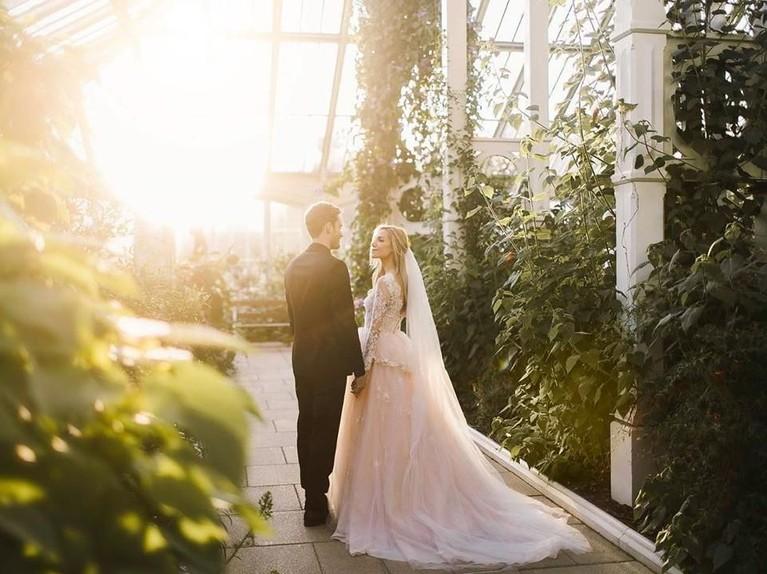 Marzia tampak mengenakan gaun pengantin putih panjang, sementara PewDiePie tampak rapi dengan setelan jas berwarna hitam.