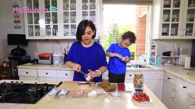 Resep Bolu Lapis ala Sissy Prescillia untuk Latih Kreativitas Anak