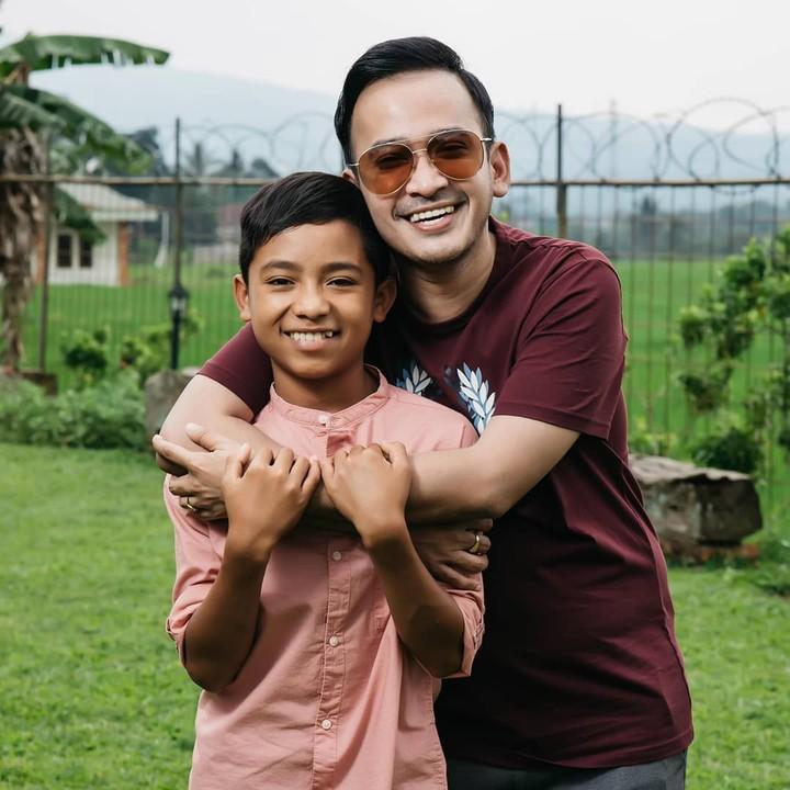 Meski berstatus adopsi, Betrand Peto diperlakukan Ruben Onsu layaknya anak kandung. Intip hangatnya kedekatan mereka yuk.
