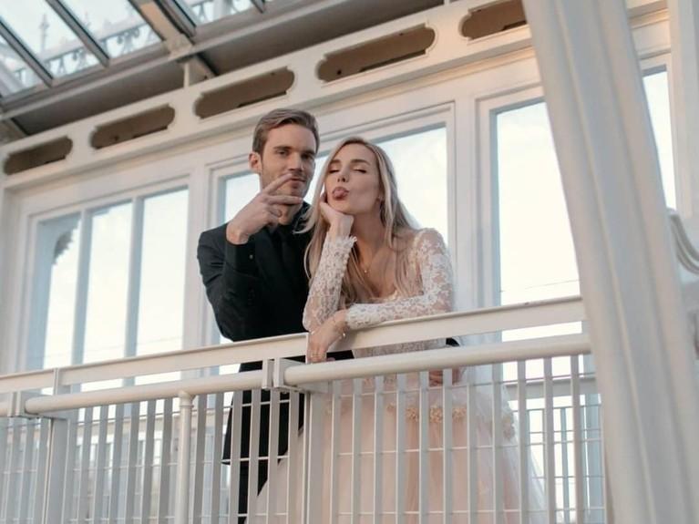 Youtuber terkenal asal Swedia, Felix Arvid Ulf Kjellberg atau yang lebih dikenal dengan nama PewDiePie, resmi menikahi kekasihnya, Marzia Bisognin.