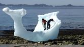 Mencairnya es di Greenland membuktikan bumi telah terpapar polusi yang parah.