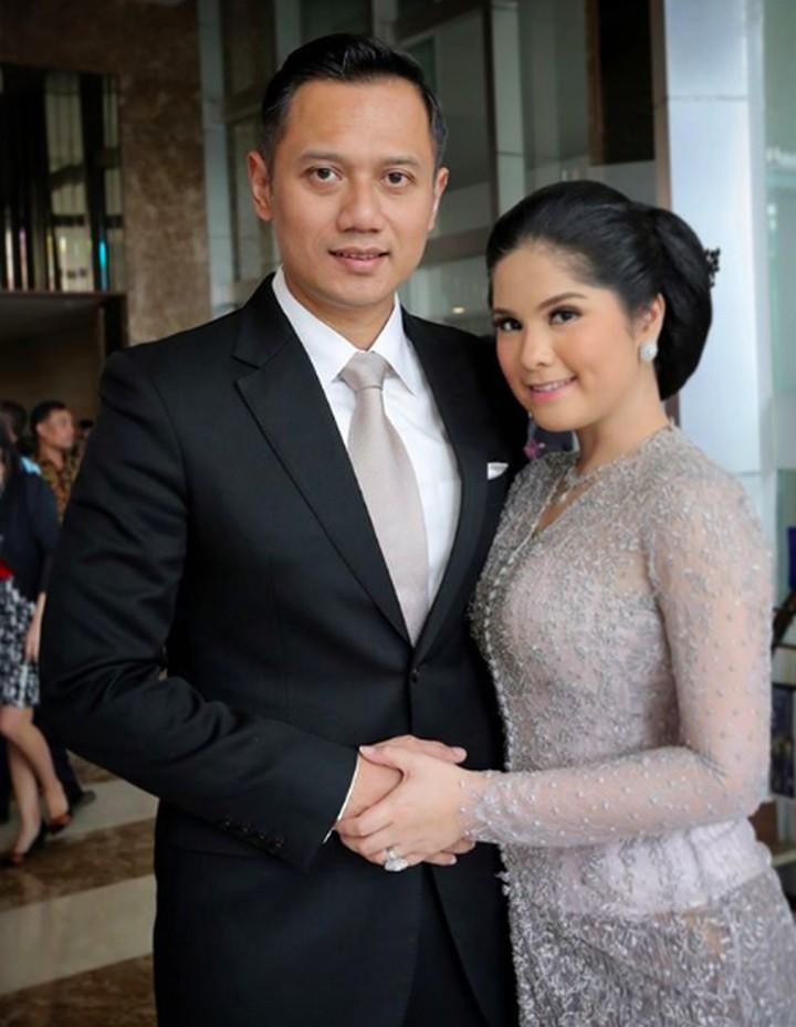 Mengarungi rumah tangga selama 14 tahun, kemesraan Annisa Pohan dan Agus Yudhoyono semakin kuat. Membuat orang-orang yang melihatnya ikut baper (bawa perasaan).