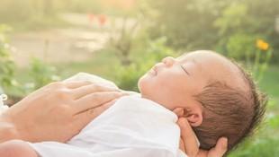 Benarkah Menjemur Bayi Bantu Turunkan Kadar Bilirubin?