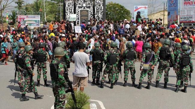 Polda Papua masih mendalami kemungkinan ada kelompok yang menyusup ke tengah massa dan membuat ricuh di akhir aksi protes di Timika, Papua, hari ini.
