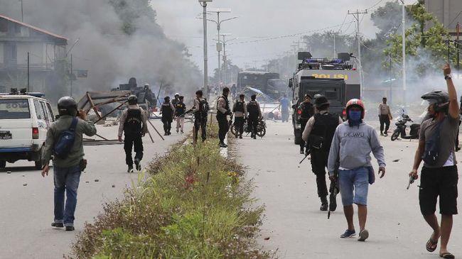 Polisi menetapkan 34 tersangka kericuhan dalam unjuk rasa yang terjadi di Timika, Kabupaten Mimika, Papua. Dari 34 itu, 13 di antaranya diduga anggota KNPB.