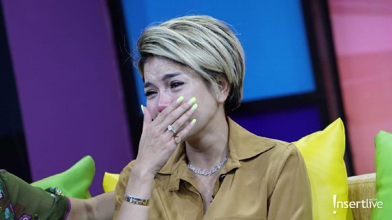 Tujuh potret Nikita Mirzani yang menangis usai membela sang anak atas tuduhan penelantaran anak.