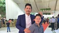 <p>Klop! Ayah dan anaknya sama-sama ganteng. (Foto: Instagram/ @ronnie_sianturi)</p>