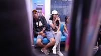 Menikah lebih dari enam bulan, Mas Pur terlihat sangat menikmati kehidupannya bersama sang istri. Keduanya enjoy menjajal MRT Jakarta. (Foto: Instagram @furrysetya)