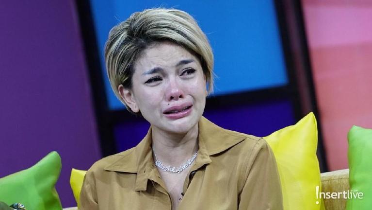 Atas tuduhan tersebut, air mata Nikita Mirzani pun pecah saat diundang di acara Rumpi.