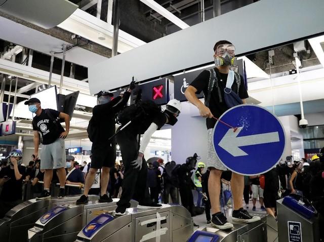 Sempat 'Duduki' Stasiun MTR, Aksi Protes di Hong Kong Berakhir Ricuh