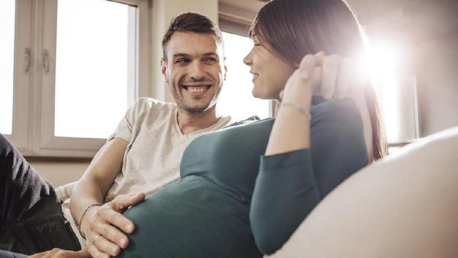 Posisi Seks Samping atau Belakang Saat Hamil, Mana Lebih Aman?