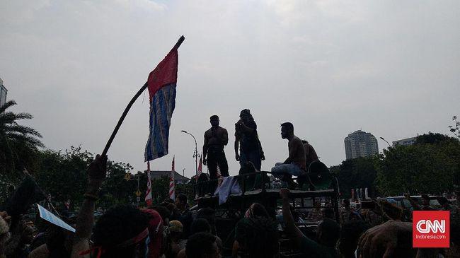 Dalam orasinya massa mengecam pernyataan rasial di Surabaya yang memicu rusuh di sejumlah tempat di Papua dan Papua Barat.