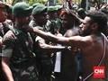 FOTO: Aksi Protes Pemuda Papua di Seberang Istana