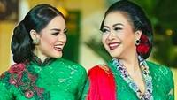 <p>Saat tampil bersama, busana Intan dan Sundari sering mengenakan busana senada, Bun. Makin cantik ya mereka. (Foto: Instagram/ @ssoekotjo)</p>