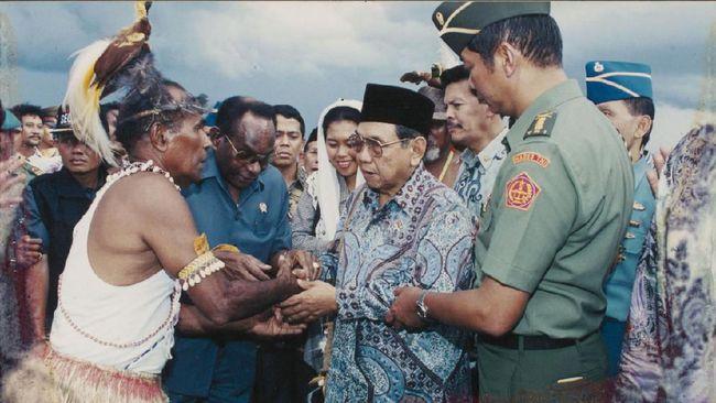 Gus Dur konsisten menempuh jalan dialog dengan masyarakat Papua. Sampai-sampai di era Gus Dur disebut tak pernah terdengar kabar warga Papua tewas tertembak.