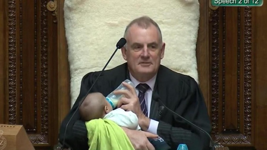 Sweet! Ketua DPR Selandia Baru Jaga Bayi Temannya Saat Sidang