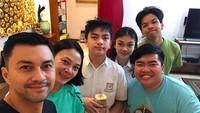 <p>Dian dan Anjas bersama keluarga membuat kejutan untuk merayakan ulang tahun Arka. January lalu, anak yang beranjak remaja itu baru saja merayakan ulang tahun yang ke-13. (Foto: Instagram @bu_deedee)</p>