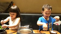 Imutnya Rafathar dan Gempi saat makan pakai sumpit. Sampai sibuk sendiri-sendiri. (Foto: Instagram @gisel_la)