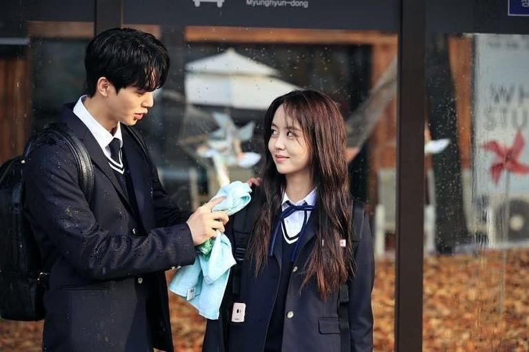 Love Alarm merupakan serial drama Korea adaptasi dari webtoon populer dengan judul sama. Drama ini tayang di Netflix.