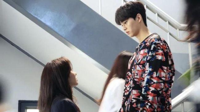 Netflix Korea mengunggah sejumlah foto yang menunjukkan para pemeran sedang membaca naskah serial Love Alarm season kedua bersama-sama.