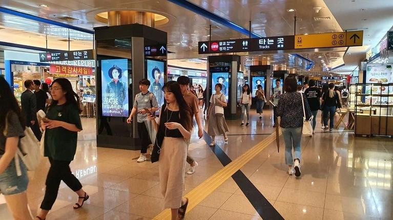 Penggemar dari Cina memajang foto G-Dragon di sejumlah kawasan di Korea Selatan untuk merayakan ultah ke-31 tahun, personel Big Bang tersebut.