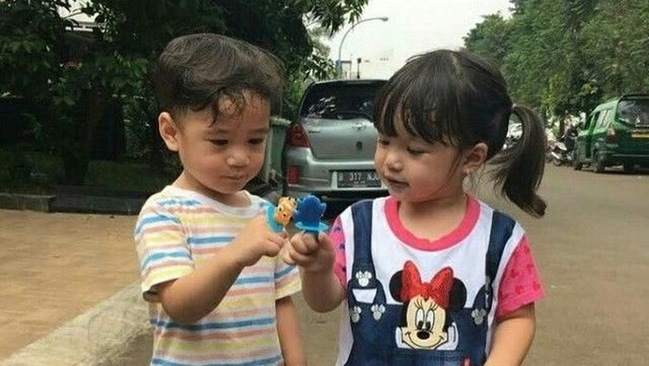Persahabatan Rafathar dan Gempi sudah terjalin sejak keduanya masih bayi, Bun. (Foto: Instagram @gisel_la)