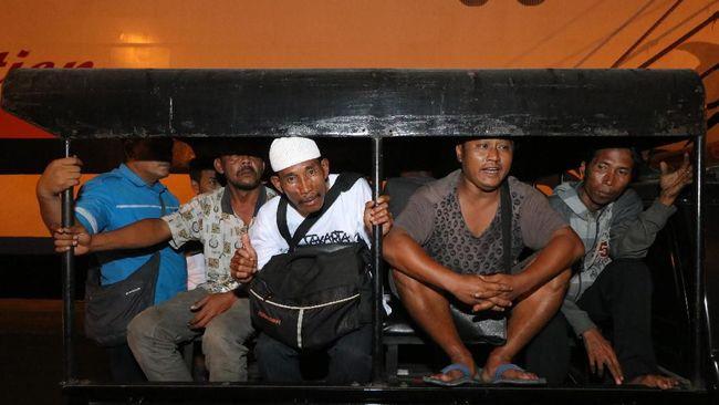 Total penumpang yang dievakuasi dari KM Santika yang terbakar mencapai 303 orang, tiga di antaranya meninggal dunia.
