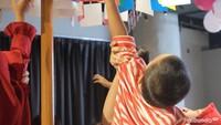<p>Lomba yang paling seru, panjat pinang ala HaiBundaSquad. Si kecil diminta untuk mengambil kertas bertuliskan logo HaiBunda sebanyak-banyaknya supaya menang.</p>