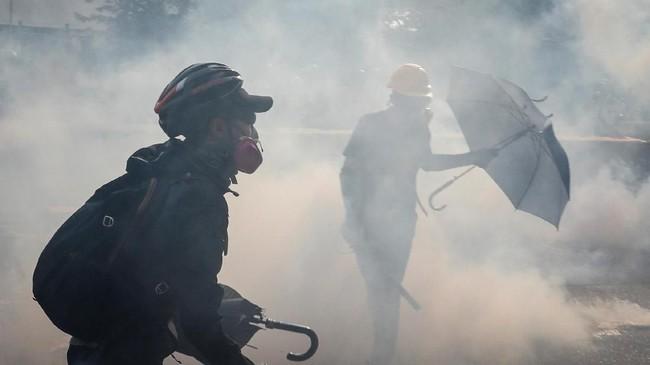 Para pedemo Hong Kong yang kembali turun ke jalan memprotes aturan ekstradisi ke China bentrok dengan aparat kepolisian terkait aturan ekstradisi, Sabtu (24/9).