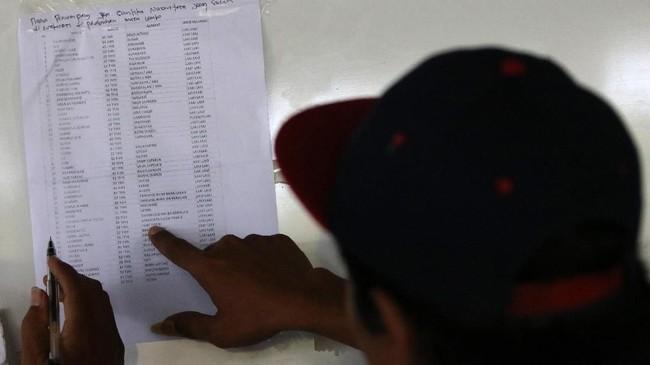 Basarnas mengevakuasi sekitar 303 penumpang dalam insiden terbakarnya KM Santika jurusan Samarinda-Surabaya. Tiga penumpang dikabarkan tewas dalam insiden.