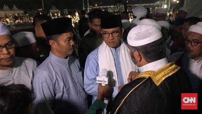 Gubernur DKI Jakarta Anies Baswedan ikut salat subuh bersama dalam perayaan kemerdekaan Indonesia dan milad FPI ke-21 di Jakarta Utara.