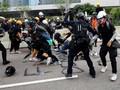 Polisi Hong Kong Klaim Lepas Tembakan karena Nyawa Terancam