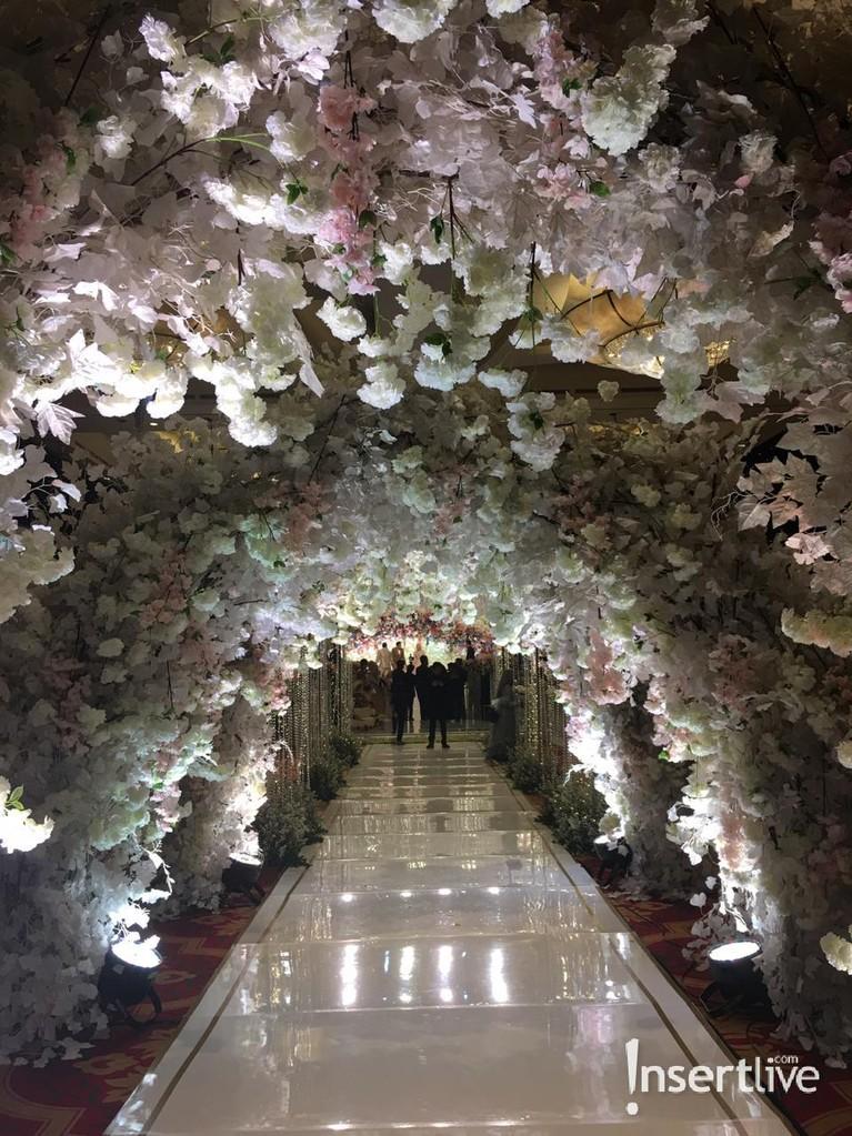 Lorong menuju pelaminan Roger Danuarta dan Cut Meyriska dihiasi bunga-bunga yang indah.