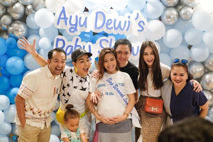 Ayu Dewi diberi kejutan baby shower oleh teman-teman dekatnya. Siapa saja yang ikut memeriahkan acaranya?