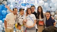 Ayu Dewi mendapatkan kejutan baby shower dari sahabatnya, Sabtu (24/8/2019). Mereka antara lain Luna Maya dan Melaney Ricardo. (Foto: Instagram @mrsayudewi)