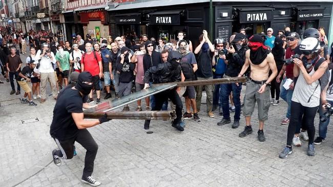 Kelompok antiglobalisasi dan separatis Basque menggelar protes berujung bentrok dengan polisi di sela pertemuan puncak pemimpin negara anggota G7 di Prancis.