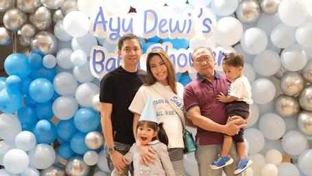 7 Potret Kejutan Unik 'Baby Shower' Ayu Dewi