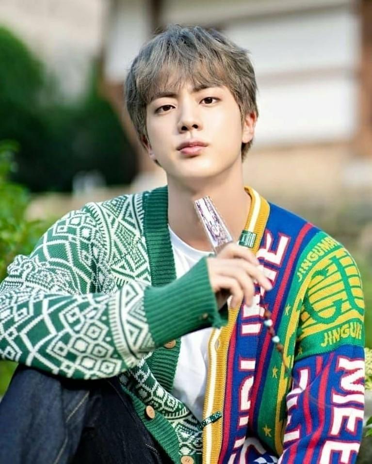 Jin kerap memukau para penggemar dengan tampilan busananya meski hanya mengenakan kaus oblong dan celana ripped jeans.