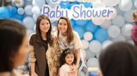 Jadi, konsep baby shower kejutan kemarin juga unik, Bun. Dibuat semacam ulang tahun anak kecil yang dipenuhi balon. (Foto: Instagram @mrsayudewi)<br /><br />