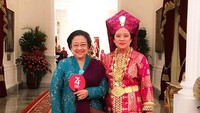 <p>Merayakan HUT RI yang ke-74, Puan dan Megawati kompak memakai busana daerah. (Foto: Instagram/ @puanmaharaniri)</p>