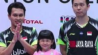 <p>Si imut Chayra saat ikut Ayah Ahsan ke podium Singapore Open 2018. (Foto: Instagram @king.chayra)</p>