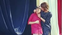 "<p>Momen saat Riyanni Djangkaru menghadiri acara kelulusanBrahman Ahmad Syailendra dari sekolah dasar. ""<em>Wish u all the love, all the best for the long beautiful journey ahead, son</em>,"" ujar Riyanni. (Foto: Instagram @r_djangkaru)</p>"