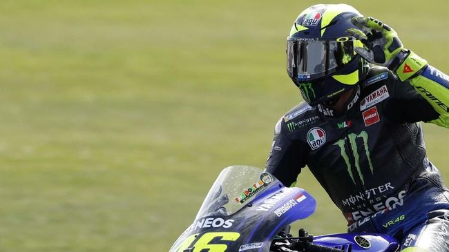 Italian rider Valentino Rossi of the Monster Energy Yamaha MotoGP waves to supporters at the end of the MotoGP race at the British Motorcycle Grand Prix at the Silverstone racetrack, in Silverstone, England, Sunday, Aug. 25, 2019. (AP Photo/Rui Vieira)
