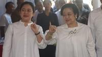 <p>Kompak menunjukkan jari bertinta sehabis nyoblos saat pemilu presiden APril lalu. (Foto: Instagram/ @puanmaharaniri) </p>