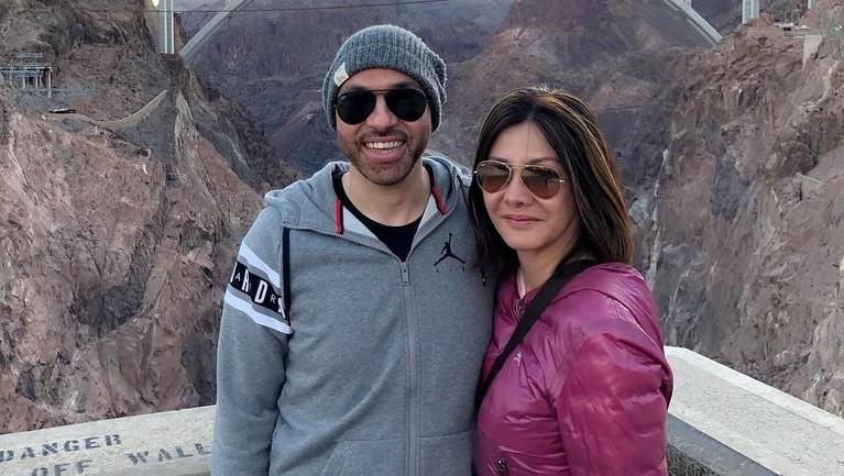 Kemesraan Medina Moesa dan Sajad Ukra saat mengunjungi Bendungan Hoover, Nevada, Amerika Serikat.