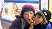 <p>Serunya Riyanni saat liburan bersama sang putra ke Korea Selatan. (Foto: Instagram @r_djangkaru)</p>