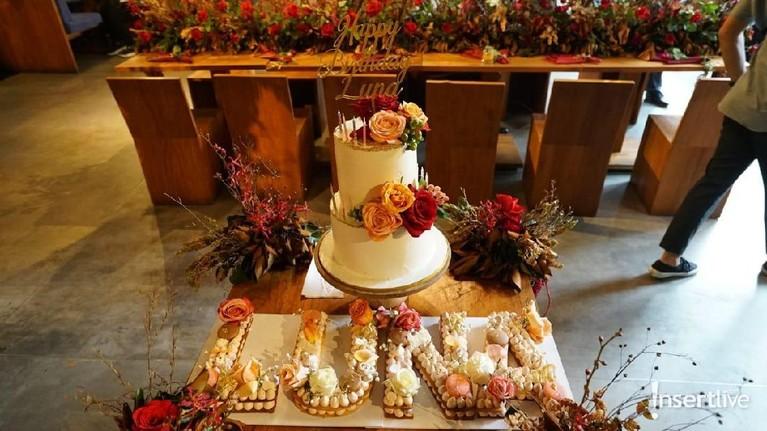 Kue ulang tahun spesial Luna Maya. Kue dua tingkat ini dihiasi bunga-bunga yang cantik.